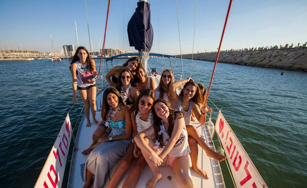 בנות ביאכטה למסיבה במרינה