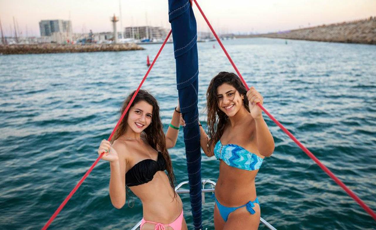 בנות מפליגות על יאכטה