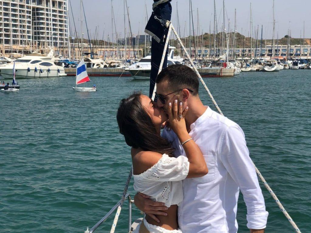 זוג מתנשק על יאכטה בלב ים